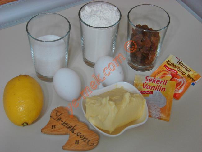Pastane Usulü Üzümlü Kurabiye İçin Gerekli Malzemeler :  <ul>         <li>125 gr tereyağı (oda sıcaklığında)</li> <li>2 adet yumurta (Birinin sarısı ayrılacak)</li> <li>1/2 su bardağından 1 parmak fazla toz şeker</li> <li>1/2 su bardağından 1 parmak fazla kuru üzüm</li> <li>1 adet küçük boy limon kabuğu rendesi</li> <li>1/2 paket kabartma tozu</li> <li>1 paket vanilya</li>         <li>3 su bardağı kadar un</li> <li><strong>Üzeri İçin:</strong></li> <li>1 yumurta sarısı</li>         <li>1 çay kaşığı zeytinyağı</li>  </ul>