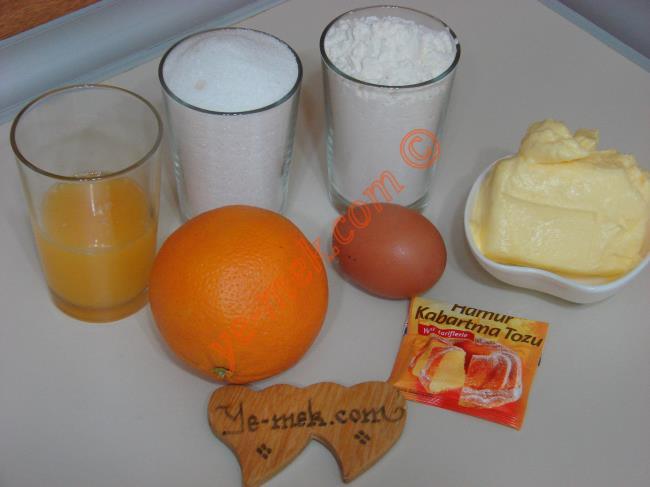 Portakallı Anne Kurabiyesi İçin Gerekli Malzemeler :  <ul> <li>125 gr tereyağı (oda sıcaklığında)</li> <li>1 su bardağı dolusu toz şeker</li> <li>1 adet yumurta</li> <li>1/2 su bardağı portakal suyu</li> <li>1 adet portakal kabuğu rendesi</li>         <li>1 paket kabartma tozu</li> <li>Yaklaşık 3,5-4 su bardağı un</li>         <li><strong>Üzeri İçin:</strong></li>         <li>Toz şeker</li>  </ul>