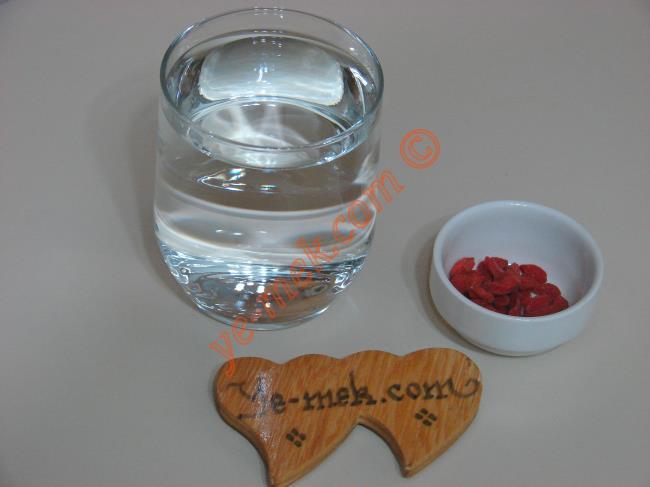 Zayıflatan Kilo Verdiren Goji Berry Çayı İçin Gerekli Malzemeler :  <ul>  <li>1 su bardağı su</li>  <li>10 adet goji berry (kurt üzümü)</li> </ul>