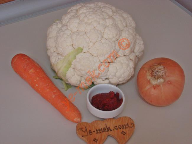Karnabahar Yemeği İçin Gerekli Malzemeler :  <ul> <li>1/2 orta boy karnabahar</li> <li>1 adet orta boy soğan</li>         <li>1 adet büyük boy havuç</li> <li>1 yemek kaşığı kadar domates salçası</li> <li>4 yemek kaşığı zeytinyağı</li>         <li>Tuz</li> </ul>