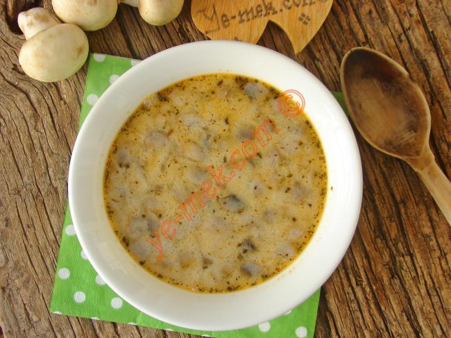Hazırladığınız yoğurtlu mantar çorbasını sıcak olarak servis edebilirsiniz.