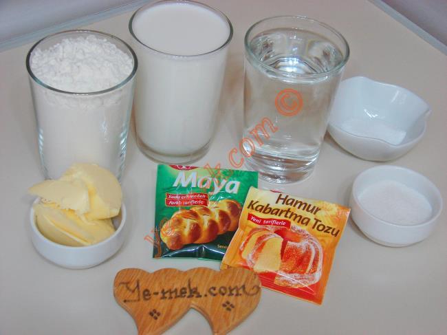 Mayalı Pişi İçin Gerekli Malzemeler :  <ul> <li>1,5 su bardağı süt (Oda ısısında)</li> <li>1 su bardağı su (Oda ısısında )</li> <li>1 yemek kaşığı dolusu tereyağı (Oda ısısında)</li> <li>2 yemek kaşığı instant kuru maya</li>         <li>2 yemek kaşığı toz şeker</li>         <li>1 tatlı kaşığı kabartma tozu</li>         <li>1 tatlı kaşığı tuz</li>         <li>6 su bardağı un</li> <li>Kızartmak için sıvıyağ</li> </ul>