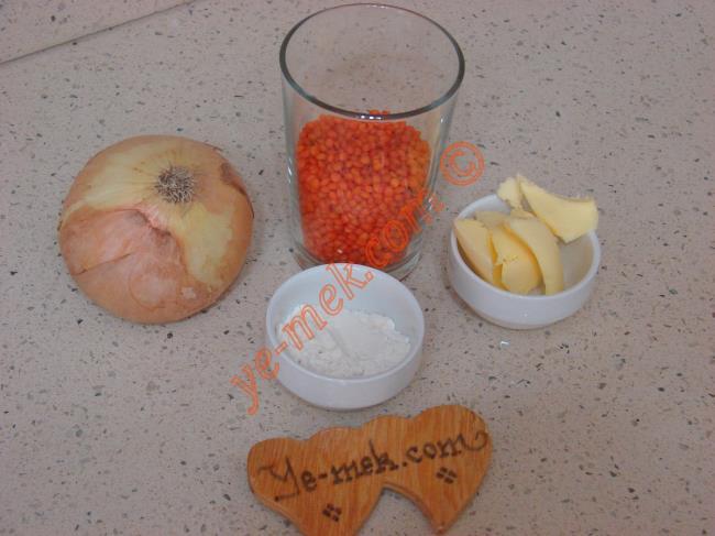 Mercimek Çorbası İçin Gerekli Malzemeler :  <ul> <li>1/2 su bardağı kırmızı mercimek</li> <li>1 yemek kaşığı tereyağı</li> <li>1 adet soğan</li> <li>1 yemek kaşığı un</li> <li>3,5 su bardağı su</li> <li>Tuz</li> <li>Karabiber</li> </ul>