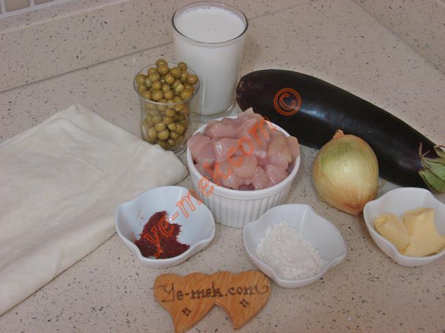 Tavuklu Sultan Kebabı İçin Gerekli Malzemeler :  <ul> <li>1 adet yufka</li> <li>650 gr kuşbaşı tavuk eti</li> <li>1 çay bardağı haşlanmış bezelye</li> <li>1 adet orta boy patlıcan</li>         <li>1 yemek kaşığı biber salçası</li> <li>1 adet soğan</li> <li>1/2 yemek kaşığı tereyağı</li>         <li>1 yemek kaşığı zeytinyağı</li> <li>Tuz</li> <li>Karabiber</li>         <li><strong>Beşamel Sos İçin:</strong> <li>1 yemek kaşığı un</li>         <li>1 yemek kaşığı tereyağı</li>         <li>1 su bardağı süt</li> <li><strong>Üzeri İçin:</strong> <li>Rendelenmiş kaşar peynir</li> </ul>