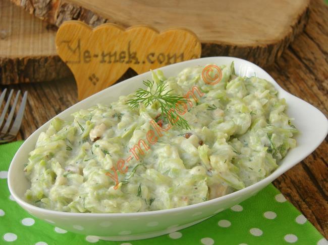 Her Sofraya Yakışır, Her Yemeği Tamamlar : Yoğurtlu Kabak Salatası
