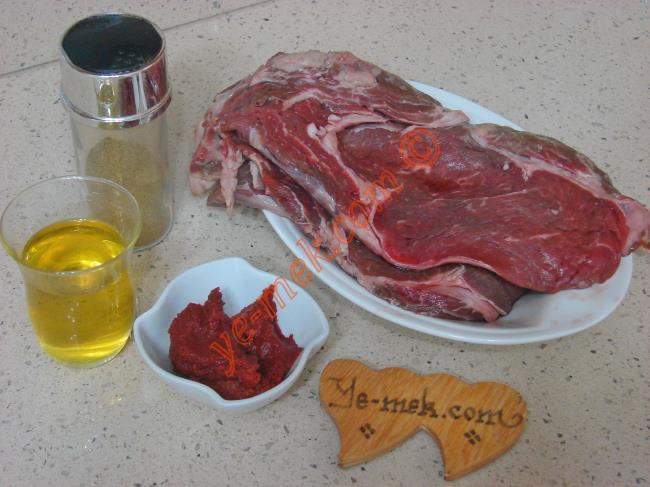 Fırında Salçalı Biftek İçin Gerekli Malzemeler :  <ul> <li>3 büyük parça biftek (antrikot)</li> <li>1 çay bardağı zeytinyağı</li> <li>Az miktar tuz, kimyon</li> <li><strong>Salçalı Sos İçin:</strong></li> <li>1/2 yemek kaşığı domates salçası</li>         <li>1 su bardağı su</li>         <li>Az mikar tuz, kekik</li>   </ul>