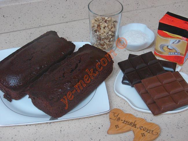 Doyuran Pasta İçin Gerekli Malzemeler :  <ul>         <li>2 adet hazır kakaolu baton kek</li>         <li>1 paket bitter çikolata (80 gr)</li>         <li>1 paket sütlü çikolata (80 gr)</li>         <li>4 yemek kaşığı süt kreması</li>         <li>2 yemek kaşığı hindistan cevizi</li>         <li>1/2 su bardağı orta dövülmüş ceviz</li>         <li><strong>Üzeri İçin:</strong></li>         <li>1/2 paket bitter ya da sütlü çikolata</li> </ul>
