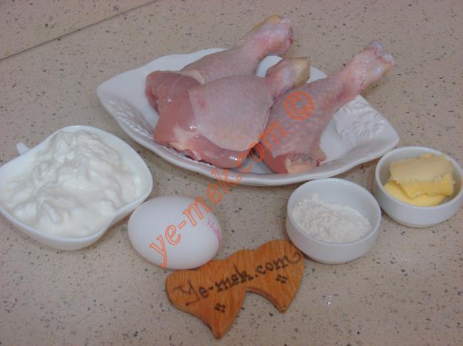 Tavuklu Düğün Çorbası İçin Gerekli Malzemeler :  <ul> <li>3 adet tavuk butu</li>         <li>4,5 su bardağı sıcak su</li>  <li>2 yemek kaşığı un</li> <li>4 yemek kaşığı yoğurt</li>         <li>1 adet yumurta sarısı</li> <li>Tuz</li>  <li><strong>Üzeri İçin:</strong></li>         <li>1 yemek kaşığı tereyağı</li>         <li>1 çay kaşığı kırmızı toz biber</li> </ul>