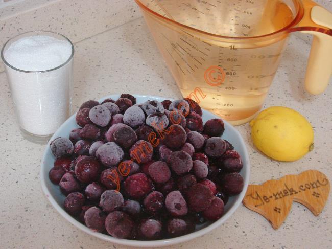 Vişne Suyu İçin Gerekli Malzemeler :  <ul> <li>500 gr vişne</li> <li>1,5 litre su</li> <li>1 su bardağı toz şeker</li> <li>1/2 limon suyu</li> </ul>