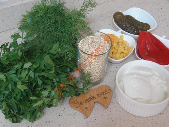 Yoğurtlu Buğday Salatası İçin Gerekli Malzemeler :  <ul> <li>1 su bardağı aşurelik buğday</li>         <li>2 adet orta boy közlenmiş kırmızı biber</li>         <li>2 adet büyük boy kornişon turşu</li>         <li>5 yemek kaşığı konserve mısır</li> <li>1/2 demet maydanoz</li>         <li>1/2 demet dereotu</li>         <li>1,5 su bardağı yoğurt</li>         <li>Tuz</li> </ul>