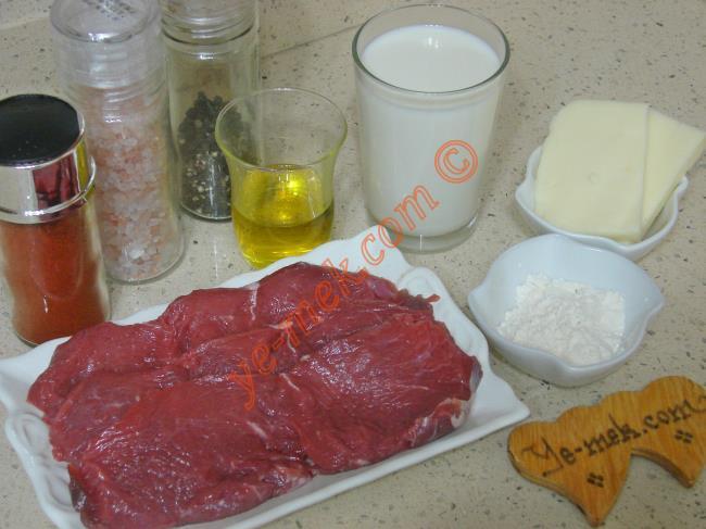 Beşamel Soslu Biftek İçin Gerekli Malzemeler :  <ul> <li>3 adet dana biftek</li> <li>1/2 çay bardağı zeytinyağı</li> <li>Kırmızı toz biber</li> <li>Karabiber</li> <li>Tuz</li> <li><strong>Beşamel Sos İçin:</strong></li> <li>1 yemek kaşığı tereyağı</li> <li>1 yemek kaşığı un</li> <li>1 su bardağı süt</li> <li>Tuz</li> <li>Karabiber</li> <li><strong>Üzeri İçin:</strong></li> <li>Rendelenmiş kaşar peynir</li> </ul>
