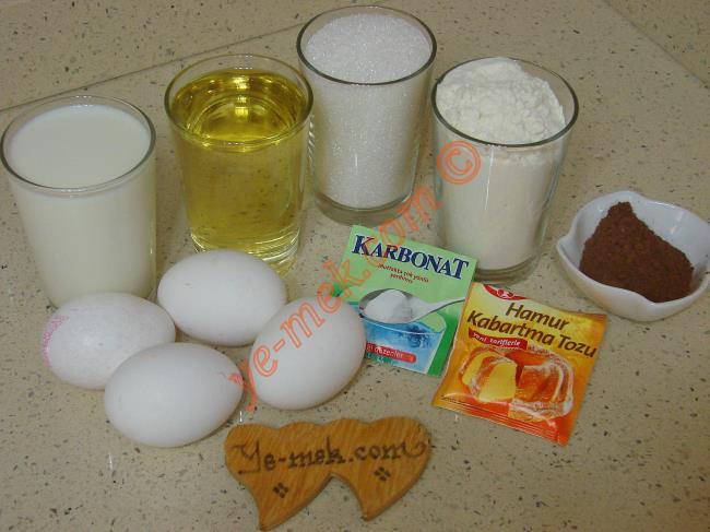 Klasik Anne Keki İçin Gerekli Malzemeler :  <ul> <li>4 adet yumurta</li>         <li>2 su bardağı toz şeker</li>         <li>1 su bardağı süt</li> <li>1 su bardağı sıvıyağ</li> <li>1 paket kabartma tozu</li> <li>1/2 çay kaşığı silme karbonat</li>         <li>2 yemek kaşığı kakao</li>         <li>2,5 su bardağı un</li> </ul>