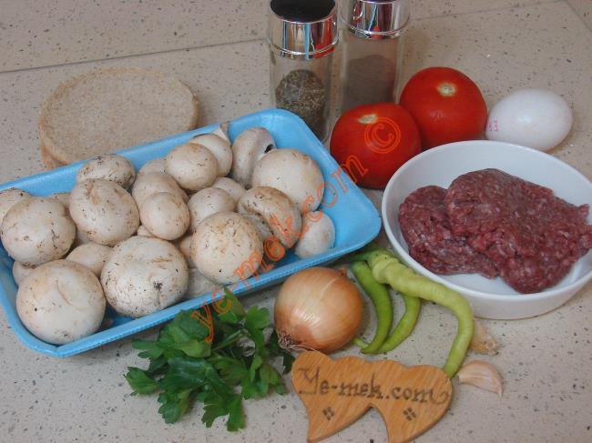 Köfteli Mantar Yemeği İçin Gerekli Malzemeler :  <ul> <li>1 paket mantar</li>         <li>2 adet orta boy domates</li>         <li>3 adet küçük boy yeşil biber</li>         <li>1 adet küçük boy soğan</li>         <li>3 yemek kaşığı zeytinyağı</li>         <li><strong>Köfte Malzemesi İçin:</strong></li>         <li>350 gr köftelik kıyma</li>         <li>1 adet küçük boy yumurta</li>         <li>1 dilim ekmek içi</li>         <li>1 adet orta boy soğan</li>         <li>1 diş sarımsak</li>         <li>1 tutam maydanoz</li>         <li>Tuz, kimyon, karabiber, kuru nane, kekik</li>      </ul>