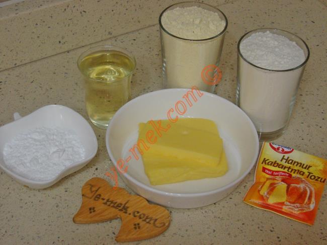 Mısır Unlu Kurabiye İçin Gerekli Malzemeler :  <ul> <li>125 gr tereyağı (oda sıcaklığında)</li> <li>1 çay bardağı sıvıyağ</li> <li>3 yemek kaşığı pudra şekeri</li>         <li>1,5 su bardağı mısır unu</li>         <li>1 tatlı kaşığı kabartma tozu</li>         <li>1,5 su bardağı un</li> </ul>