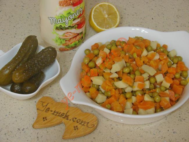 Rus Salatası İçin Gerekli Malzemeler :  <ul> <li>1 kavanoz hazır garnitür</li> <li>5 adet orta boy kornişon turşu</li> <li>4 yemek kaşığı mayonez</li> <li>1 tatlı kaşığı limon suyu</li>         <li>Tuz</li> </ul>