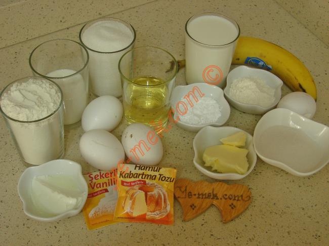 Alman Pastası İçin Gerekli Malzemeler :  <ul> <li><strong>Pandispanya Keki İçin:</strong> <li>3 adet yumurta</li> <li>1 su bardağı toz şeker</li> <li>1 yemek kaşığı yoğurt</li> <li>1/2 su bardağı sıvıyağ</li>         <li>1/2 su bardağı süt</li>         <li>1 paket kabartma tozu</li>         <li>1 paket vanilya</li>         <li>2 su bardağı un</li>         <li><strong>Kreması İçin:</strong></li>         <li>3 su bardağı süt</li>         <li>2 yemek kaşığı un</li>         <li>1 yemek kaşığı tepeleme nişasta</li>         <li>1 adet yumurta</li>         <li>4 yemek kaşığı toz şeker</li>         <li>1 tatlı kaşığı vanilya</li>         <li>1 yemek kaşığı tereyağı</li>         <li>1 adet büyük boy muz</li>         <li><strong>Üzeri İçin:</strong>         <li>Pudra şekeri</li> </ul>