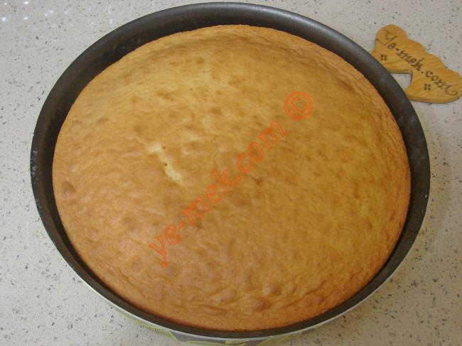 Alman pastasının keki piştikten sonra fırından çıkartıp, soğumaya bırakın.