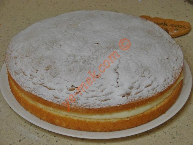 Pasta yeterince dinlendikten sonra  üzerine bolca pudra şekeri serpiştirin.