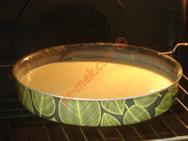Önceden ısıtılmış 180 derece fırına verin. Yaklaşık 20-25 dakika kadar pişirin. Kekin pişip pişmediğini kürdan testi ile kontrol edebilirsiniz.
