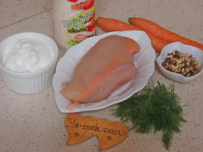 Havuçlu Tavuk Salatası İçin Gerekli Malzemeler :  <ul>  <li>2 adet tavuk göğsü fileto</li> <li>2 adet büyük boy havuç</li> <li>4 yemek kaşığı orta dövülmüş ceviz</li> <li>1 yemek kaşığı mayonez</li> <li>1 diş sarımsak</li> <li>3 tutam dereotu</li>         <li>1,5 su bardağı yoğurt</li>         <li>Tuz</li> </ul>