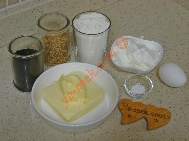 Labneli Tuzlu Kurabiye İçin Gerekli Malzemeler :  <ul>         <li>125 gr tereyağı ya da margarin (oda sıcaklığında)</li> <li>1/2 paket labne peyniri (100 gr)</li> <li>1 çay kaşığı silme tuz</li> <li>2 su bardağı un</li> <li><strong>Üzeri İçin:</strong></li> <li>Yumurta sarısı</li>         <li>Çörek otu, susam ya da haşhaş</li>  </ul>