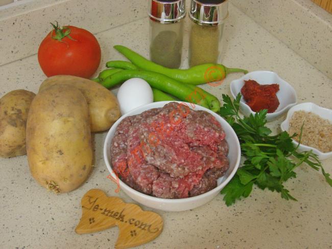 Tencerede Köfteli Patates Yemeği İçin Gerekli Malzemeler :  <ul> <li>3 adet orta boy patates</li>         <li>1/2 yemek kaşığı domates salçası</li>         <li>1 su bardağı ılık su</li>         <li>3 adet orta boy yeşil biber</li>         <li>1 adet orta boy domates</li>         <li><strong>Köfte İçin Malzemeler:</strong></li>         <li>350 gr köftelik kıyma</li>         <li>1 adet küçük boy yumurta</li>         <li>1 adet küçük boy soğan</li>         <li>1 dilim ekmek içi </li>         <li>1 tutam maydanoz</li>         <li>Tuz</li>  <li>Karabiber, Kekik, Kimyon</li>  </ul>