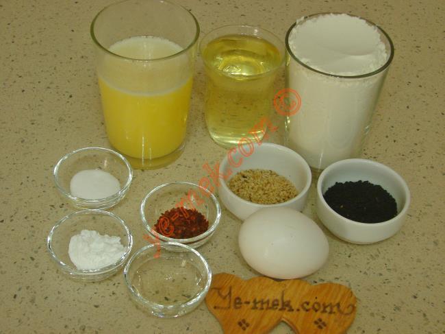 Baharatlı Tuzlu Kurabiye İçin Gerekli Malzemeler :  <ul> <li>125 gr tereyağı (Eritilecek)</li> <li>1 küçük çay bardağı sıvıyağ</li> <li>1 adet yumurta akı</li> <li>1 yemek kaşığı elma sirkesi</li> <li>2 yemek kaşığı çörek otu</li> <li>1 yemek kaşığı susam</li> <li>1 tatlı kaşığı kabartma tozu</li> <li>1 tatlı kaşığı kırmızı pul biber</li> <li>1 tatlı kaşığı silme tuz</li> <li>2,5 su bardağı un</li> <li><strong>Üzeri İçin:</strong></li> <li>Yumurta sarısı</li>  </ul>