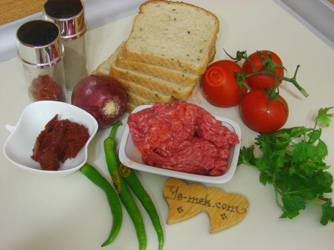 Ekmek Üstü Lahmacun İçin Gerekli Malzemeler :  <ul> <li>8 dilim ekmek</li> <li>200 gr kıyma</li> <li>1 adet orta boy soğan</li> <li>2 adet büyük boy domates</li> <li>2 adet sivri biber</li> <li>2 diş sarımsak</li>         <li>İsteğe göre 1 tutam maydanoz</li> <li>1 yemek kaşığı domates salçası</li>         <li>1/2 yemek kaşığı biber salçası</li>         <li>Tuz, karabiber, kırmızı pul biber</li>         <li>1/2 çay bardağı kadar su</li> </ul>