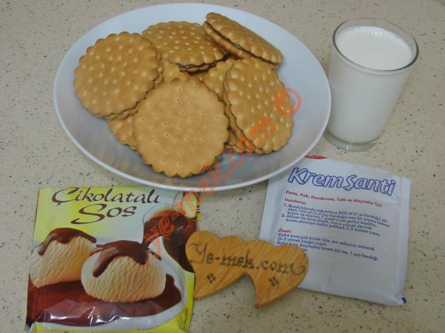 Çokoprens Pasta İçin Gerekli Malzemeler :  <ul> <li>1 paket çokoprens bisküvi</li>         <li>2 paket toz krem şanti</li> <li>1,5 su bardağı soğuk süt</li>         <li>1 su bardağı süt (oda ısısında)</li> <li><strong>Üzeri İçin:</strong></li> <li>1/2 paket hazır çikolata sosu</li> <li>1,5 su bardağı süt</li>  </ul>