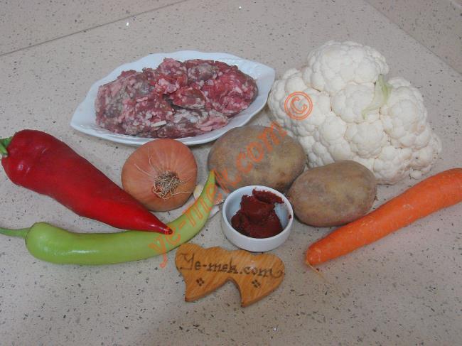 Kıymalı Patatesli Karnabahar Yemeği İçin Gerekli Malzemeler :  <ul> <li>1/2 karnabahar</li> <li>250 gr kıyma</li>         <li>2 adet orta boy patates</li>         <li>1 adet orta boy havuç</li>         <li>1 adet kapya biber</li>         <li>1 adet çerliston biber</li> <li>1 adet soğan</li> <li>2 diş sarımsak</li> <li>1/2 yemek kaşığı domates salçası</li> <li>4 yemek kaşığı zeytinyağı</li>         <li>Tuz, karabiber</li> </ul>