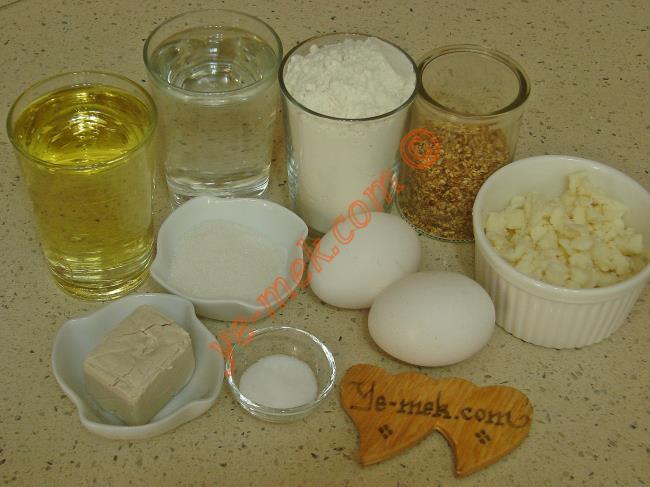 Şeritli Çiçek Poğaça İçin Gerekli Malzemeler :  <ul> <li>2 su bardağı ılık su</li>         <li>1 su bardağı sıvıyağ</li> <li>2 adet yumurta (1 tane sarısı üzerine)</li>         <li>3 yemek kaşığı toz şeker</li> <li>1,5 tatlı kaşığı tuz</li>         <li>1 paket yaş maya</li> <li>7 su bardağı un</li> <li><strong>İç Malzemesi İçin:</strong></li> <li>Rendelenmiş beyaz peynir</li>         <li><strong>Üzeri İçin:</strong></li>         <li>1 adet yumurta sarısı</li>         <li>1 yemek kaşığı süt</li>         <li>Susam ya da çörek otu</li> </ul>