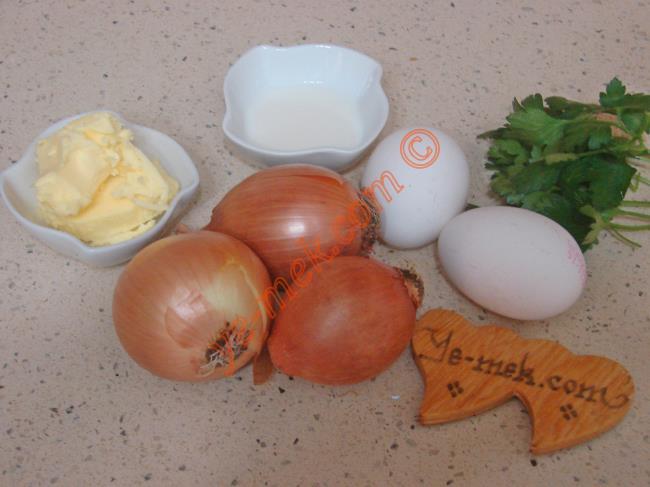 Soğanlı Omlet İçin Gerekli Malzemeler :  <ul> <li>3 adet orta boy kuru soğan</li> <li>2 adet yumurta</li>         <li>2 yemek kaşığı süt</li> <li>1 yemek kaşığı tereyağı</li> <li>1 tutam maydanoz</li> <li>Kırmızı pul biber</li> <li>Tuz</li> </ul>