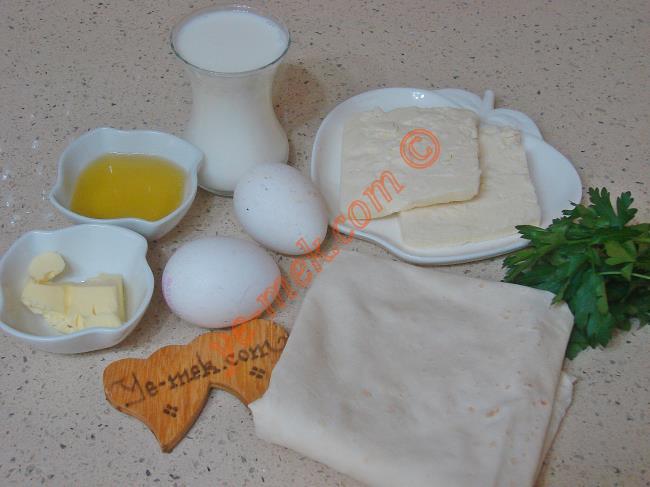 Tek Yufka Böreği İçin Gerekli Malzemeler :  <ul> <li>1 adet yufka</li>         <li>2 adet yumurta</li>         <li>4 yemek kaşığı zeytinyağı</li>         <li>1 çay bardağı süt</li>         <li>1 tutam maydanoz</li>         <li>150 gr rendelenmiş beyaz peynir</li>         <li>1 tatlı kaşığı tereyağı</li>         <li>Tuz</li>    </ul>