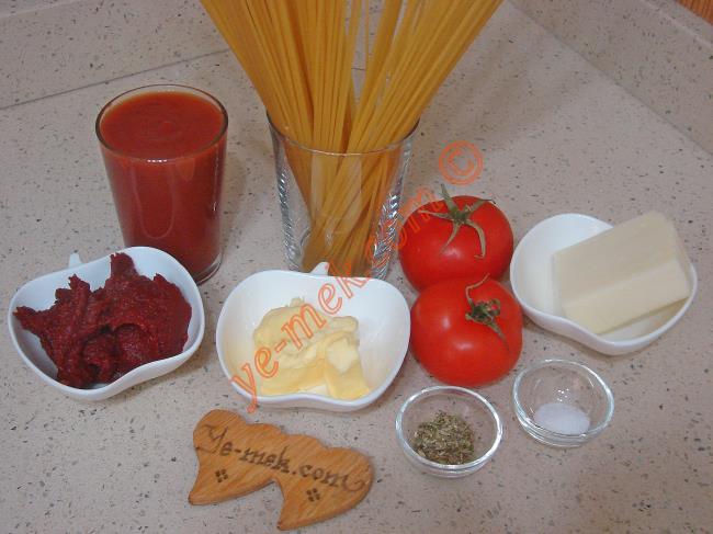 Domatesli Fırın Makarna İçin Gerekli Malzemeler :  <ul> <li>1/2 paket spagetti makarna</li> <li>Tuz</li> <li><strong>Domates sosu İçin:</strong></li> <li>1 su bardağı domates püresi</li> <li>2 yemek kaşığı domates salçası</li>         <li>5 yemek kaşığı sıvıyağ</li> <li>1 yemek kaşığı tereyağı</li> <li>Tuz, karabiber, kekik</li> <li><strong>Üzeri İçin:</strong></li> <li>İki adet küçük boy domates</li>         <li>Rendelenmiş kaşar peynir</li> </ul>