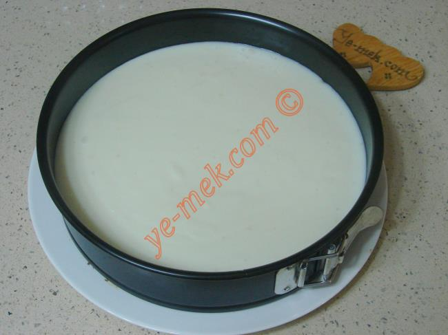 Pişen muhallebinin üzerine 1 yemek kaşığı tereyağı ve 2 yemek kaşığı hindistan cevizi koyup, iyice karıştırın.