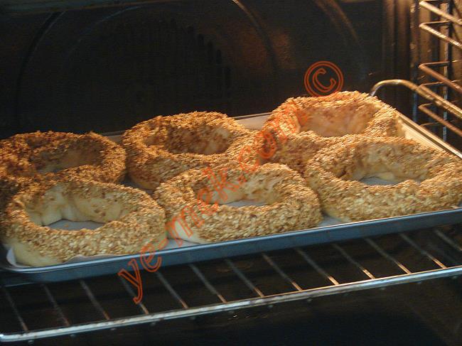 Önceden ısıtılmış 180 derece fırına verin. Üzerleri kızarana kadar yaklaşık 20 dakika pişirin.