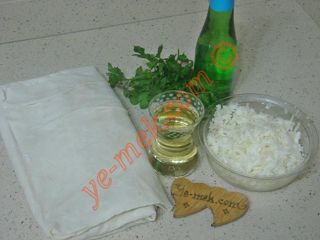 Banyolu Börek İçin Gerekli Malzemeler :  <ul> <li>2 adet yufka</li> <li><strong>Sosu İçin:</strong></li>         <li>1 çay bardağı sıvıyağ</li> <li>1 şişe soda</li>         <li><strong>İç Malzemesi İçin:</strong></li>         <li>250 gr beyaz peynir</li> <li>1 tutam maydanoz</li>         <li><strong>Üzeri İçin:</strong></li>         <li>1 adet yumurta sarısı</li>         <li>1 yemek kaşığı sıvıyağ</li> </ul>