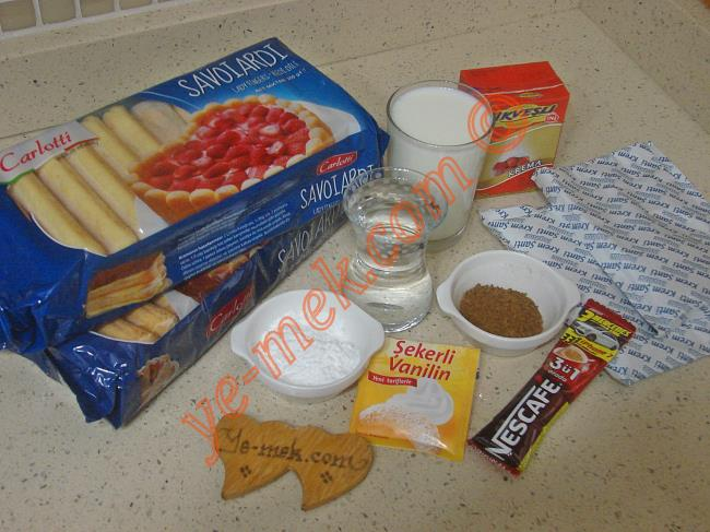 Kahveli Soğuk Pasta İçin Gerekli Malzemeler :  <ul>         <li><strong>Tabanı İçin:</strong></li>         <li>2 paket kedidili bisküvi (400 gr)</li>         <li>2 yemek kaşığı pudra şekeri</li>         <li>1 çay bardağı ılık su ya da ılık süt</li>         <li>2 tatlı kaşığı granül kahve (nescafe)</li>         <li>1 paket vanilya</li>         <li><strong>Kreması İçin:</strong></li>         <li>2 paket toz krem şanti</li>         <li>1 su bardağı soğuk süt</li>         <li>1 kutu sıvı krema (200 ml)</li>         <li>1 paket tek içimlik üçü bir arada nescafe</li>          <li><strong>Üzeri İçin:</strong></li>         <li>Kakao</li> </ul>