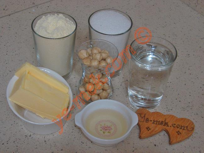 Mısır Unlu Helva İçin Gerekli Malzemeler :  <ul> <li>100 gr tereyağı</li> <li>3 yemek kaşığı sıvıyağ</li>         <li>1,5 su bardağı mısır unu</li>         <li>1 çay bardağı fındık ya da ceviz</li> <li><strong>Şerbeti İçin:</strong></li> <li>1 su bardağı toz şeker</li>         <li>1,5 su bardağı su</li> </ul>