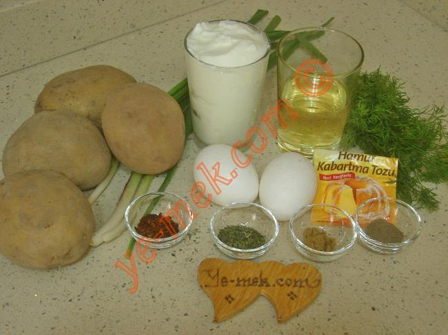 Patatesli Tuzlu Kek İçin Gerekli Malzemeler :  <ul> <li>4 adet orta boy patates</li>         <li>2 adet yumurta</li> <li>1 su bardağı yoğurt</li> <li>1/2 su bardağı sıvıyağ</li>         <li>1,5 su bardağı un</li>         <li>3 dal taze soğan</li>         <li>1 tutam dereotu</li>         <li>1 tatlı kaşığı tuz</li>         <li>1 paket kabartma tozu</li>         <li>1/2 çay kaşığı karabiber</li>         <li>1/2 çay kaşığı kimyon</li>         <li>1 çay kaşığı kuru nane</li>         <li>1 çay kaşığı kırmızı pul biber</li>         <li><strong>Üzeri İçin:</strong></li>         <li>Susam</li>        </ul>