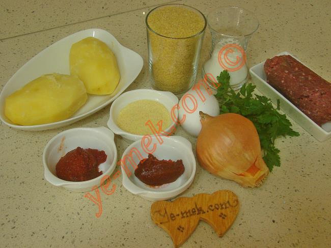 Bulgur Köftesi Kızartması İçin Gerekli Malzemeler :  <ul> <li>1 su bardağı ince bulgur</li> <li>2 yemek kaşığı irmik</li> <li>1 su bardağı kaynar su</li>         <li>2 adet orta boy patates</li>         <li>150 gr kıyma</li>         <li>1 adet kuru soğan</li>         <li>1 adet yumurta</li>         <li>1/2 çay bardağı un</li>         <li>1 yemek kaşığı biber salçası</li>         <li>1 tatlı kaşığı domates salçası</li>         <li>1 tutam maydanoz</li> <li>Tuz, kırmızı pul biber</li> </ul>Bulgur köftesi kızartması için; ilk olarak 2 adet orta boy patatesin kabuğunu soyup, yıkayın. Hafifçe tuzlu su içerisinde yumuşayıncaya kadar haşlayın. Patatesler yumuşadıktan sonra suyunu süzün. Çatal yardımı ile iyice ezin.