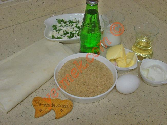 Galeta Unlu Sodalı Börek İçin Gerekli Malzemeler :  <ul> <li>2 adet yufka</li> <li><strong>Sosu İçin:</strong></li>         <li>50 gr tereyağı (eritilmiş)</li> <li>1 adet yumurta</li>         <li>1 yemek kaşığı yoğurt</li>         <li>1/2 şişe soda</li>         <li>1/2 çay bardağı süt</li>         <li>1/2 çay bardağı sıvı yağ</li>         <li><strong>İç Malzemesi İçin:</strong></li>         <li>200 gr beyaz peynir</li> <li>1 tutam maydanoz</li>         <li><strong>Bulamak İçin:</strong></li>         <li>Galeta unu</li> </ul>