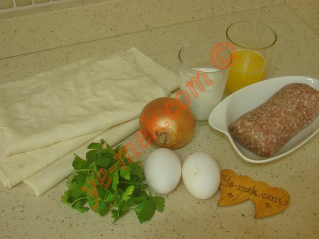 Hazır Yufkadan Kıymalı Kol Böreği İçin Gerekli Malzemeler :  <ul> <li>3 adet yufka</li>         <li>300 gr az yağlı kıyma</li>         <li>1 adet kuru soğan</li>         <li>1 tutam maydanoz</li>         <li>Tuz, karabiber</li> <li><strong>Sosu İçin:</strong></li>         <li>1/2 su bardağı eritilmiş margarin ya da tereyağı</li> <li>1/2 su bardağı yoğurt</li>         <li>2 adet yumurta</li> </ul>