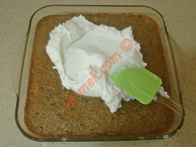 Haşhaşlı irmik tatlısı şerbetini çekip, tamamen soğuduktan sonra üzerine hazırladığınız krem şantiyi koyun.