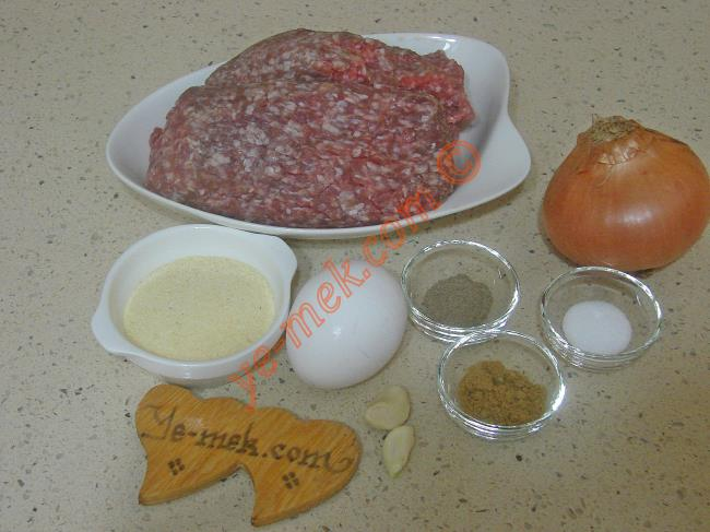 İrmikli Köfte İçin Gerekli Malzemeler :  <ul> <li>500 gr köftelik kıyma</li>         <li>1 adet yumurta</li>         <li>1 adet soğan</li>         <li>2 diş rendelenmiş sarımsak</li>         <li>3 yemek kaşığı irmik</li>         <li>1 çay kaşığı kimyon</li>         <li>1 çay kaşığı karabiber</li>         <li>Tuz</li>      </ul>