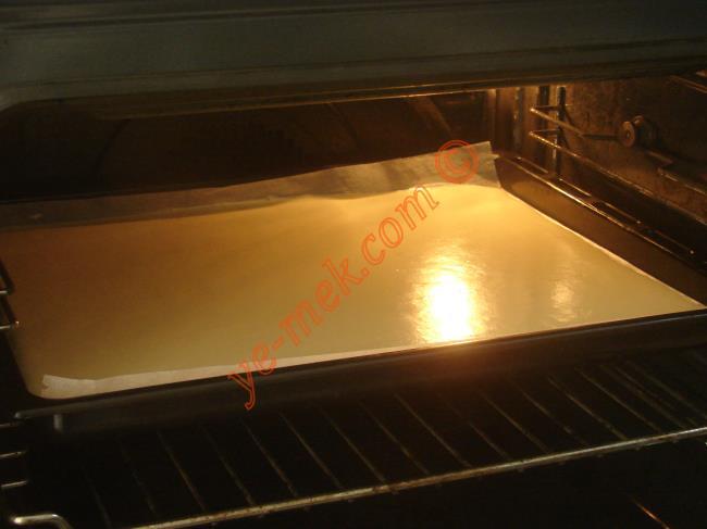 Kakaolu rulo pastanın keki piştikten sonra fırından çıkartın.