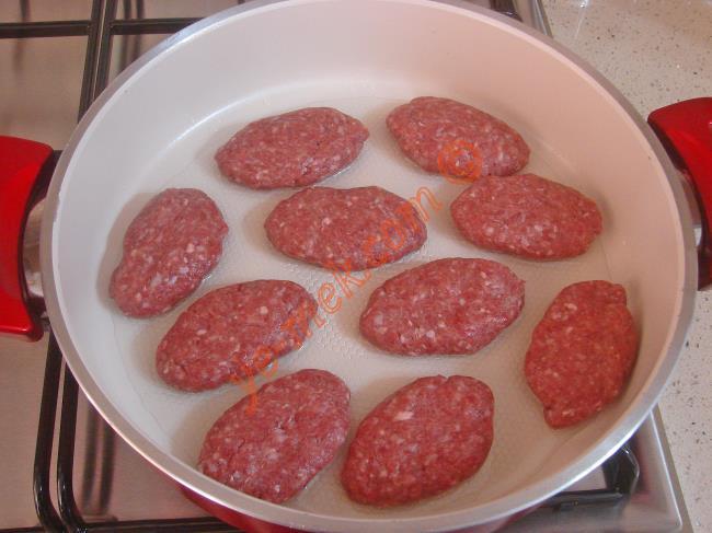 Köfte harcından cevizden biraz büyük parçalar alın. Tava içinde arkalı önlü pişirin. Yanında soğan salatası ya da közlenmiş domates, biber ile servis edebilirsiniz.