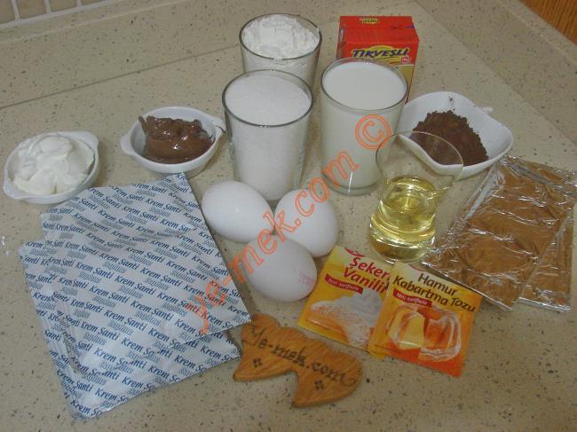 Kolay Çikolatalı Pasta İçin Gerekli Malzemeler :  <ul> <li><strong>Keki İçin:</strong> <li>3 adet yumurta</li> <li>1 su bardağı toz şeker</li> <li>1/2 çay bardağı sıvıyağ</li> <li>1 su bardağı süt</li>         <li>3 yemek kaşığı kakao</li>         <li>1 paket kabartma tozu</li>         <li>1 paket vanilya</li>         <li>2,5 su bardağı un</li>         <li><strong>Keki Islatmak İçin:</strong></li>         <li>1,5 su bardağı süt</li>         <li><strong>Kreması İçin:</strong></li>         <li>2 paket toz krem şanti</li>         <li>1 su bardağı soğuk süt</li>         <li>100 gr labne peyniri</li>         <li>2 yemek kaşığı fındık kreması</li>         <li><strong>Üzeri İçin:</strong>         <li>200 ml süt kreması</li>         <li>100 gr bitter çikolata</li>         <li>100 gr sütlü çikolata</li> </ul>