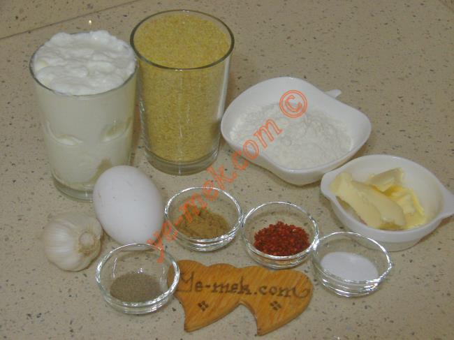 Mirik Köfte İçin Gerekli Malzemeler :  <ul>  <li>1su bardağı köftelik bulgur</li> <li>1 su bardağı sıcak su</li>         <li>1 adet yumurta</li>         <li>3 yemek kaşığı un</li>         <li>1 tatlı kaşığı kimyon</li> <li>1 tatlı kaşığı kırmızı pul biber</li>         <li>1 tatlı kaşığı tuz</li> <li>1 çay kaşığı karabiber</li>         <li><strong>Yoğurt Sosu İçin:</strong></li>         <li>1,5 su bardağı yoğurt</li>         <li>2 diş sarımsak</li>         <li><strong>Üzeri İçin:</strong></li>         <li>1 yemek kaşığı tereyağı</li>         <li>1 tatlı kaşığı kırmızı toz biber ya da pulbiber</li>          </ul>