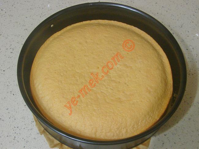 Pişen pandispanya kekini fırından alıp, soğumaya bırakın. Ardından kalıptan çıkartın.